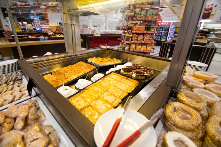 Tartas y dulces típicos en área de descanso Abades La Roda
