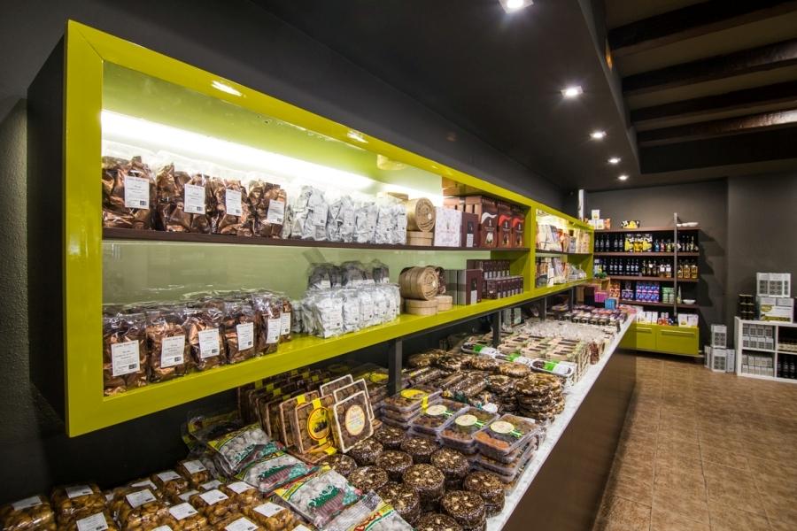 Productos típicos de Sevilla en la tienda de Abades La Roda