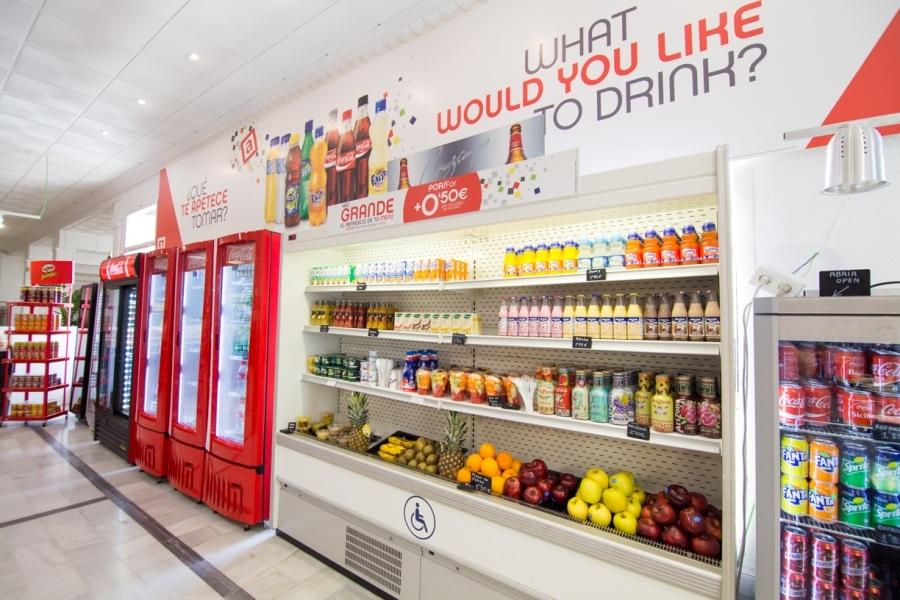Productos frescos y fruta en área de servicio