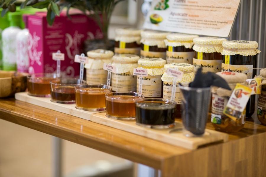 Degustación de miel en área de servicio