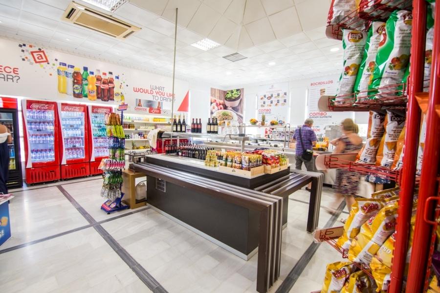 Refrescos y snacks en la zona de autoservicio