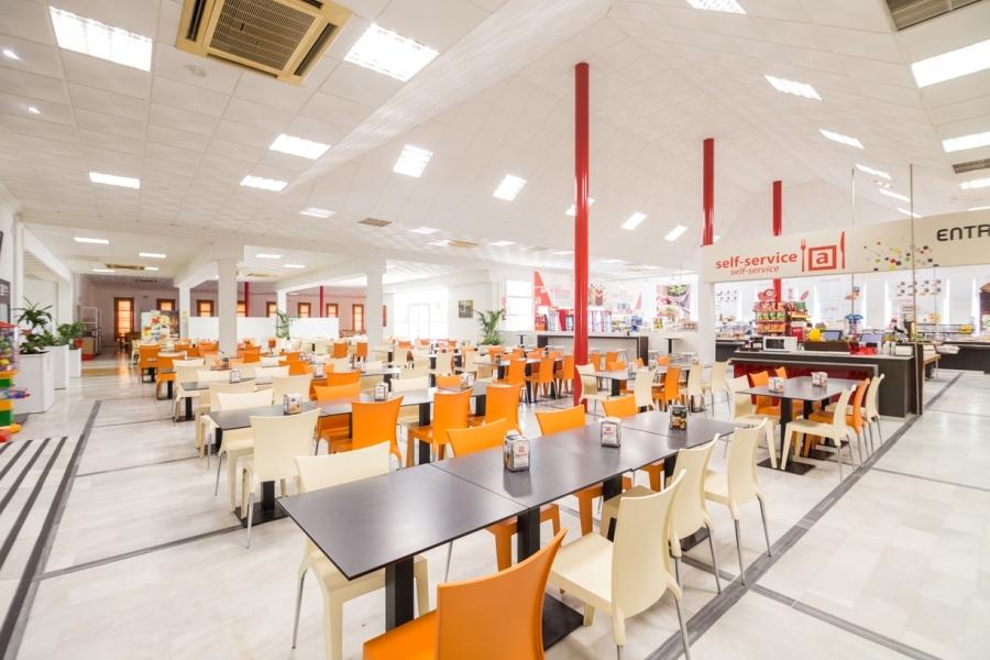Mesas del restaurante para comer en La Roda