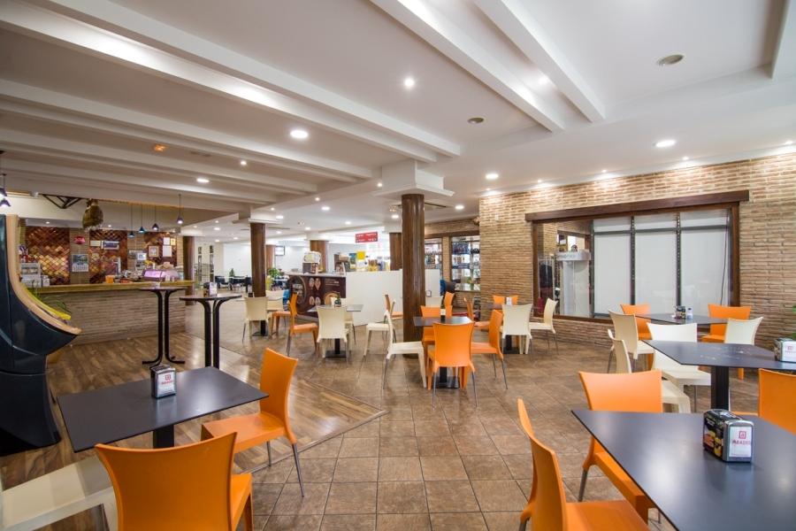 Mesas en la zona de cafetería