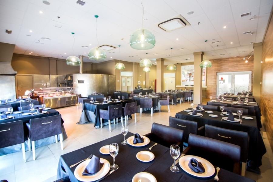 Interior del restaurante Brasas y Arroces para comern en la A5