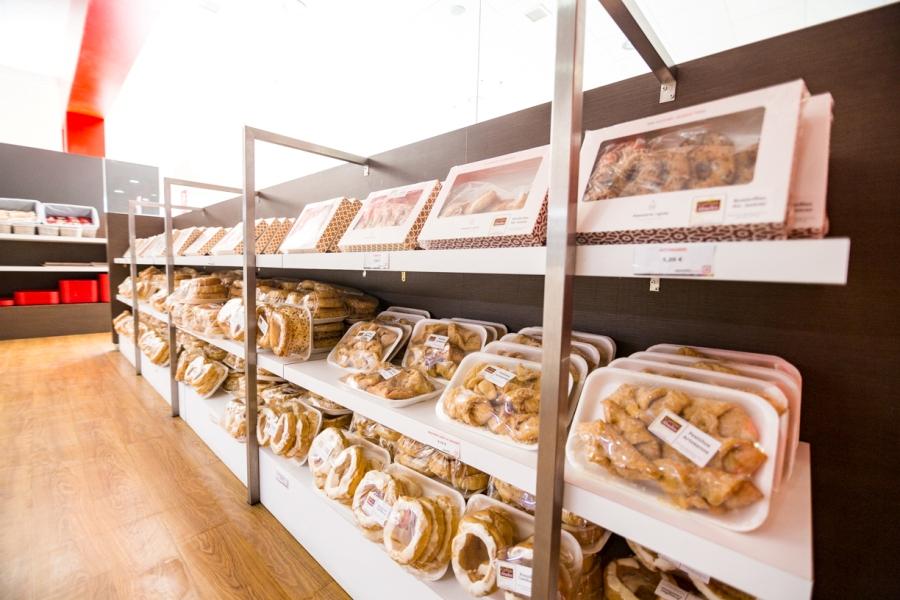 Expositor de dulces caseros y productos típicos