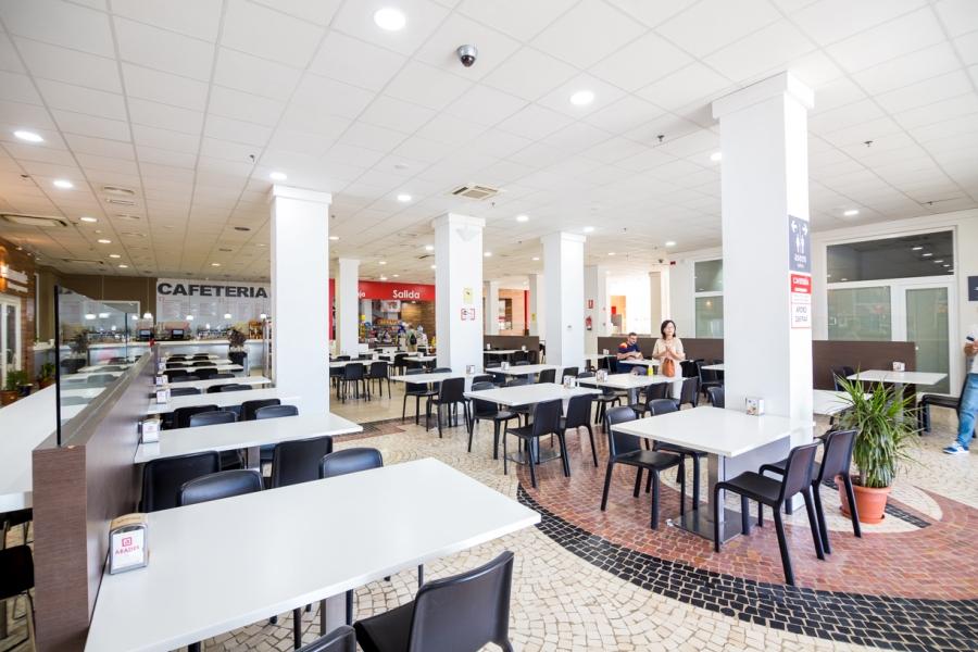 Mesas de cafetería para descansar y comer