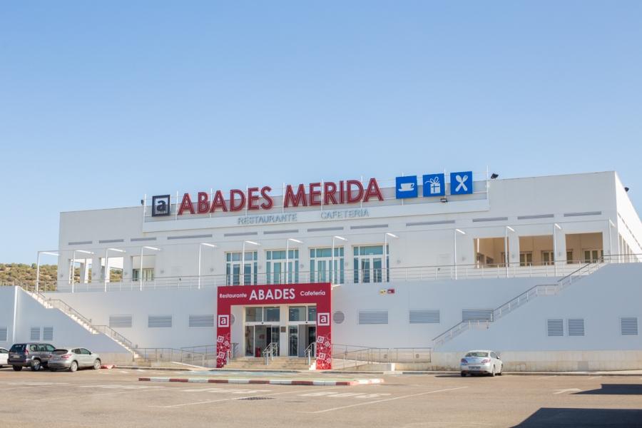 Exterior del área de servicio Abades Mérida