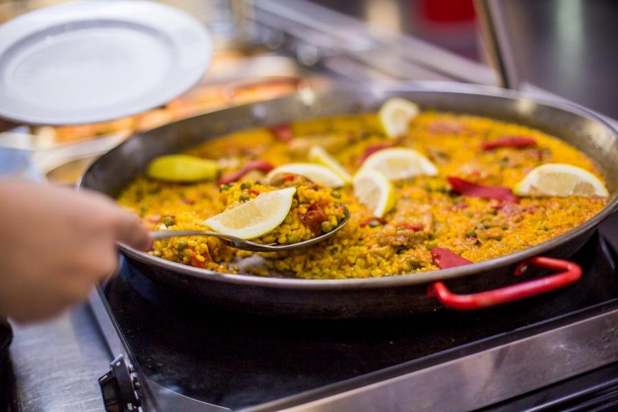 Paella realizada en el restaurante de Abades Áreas en Lodares