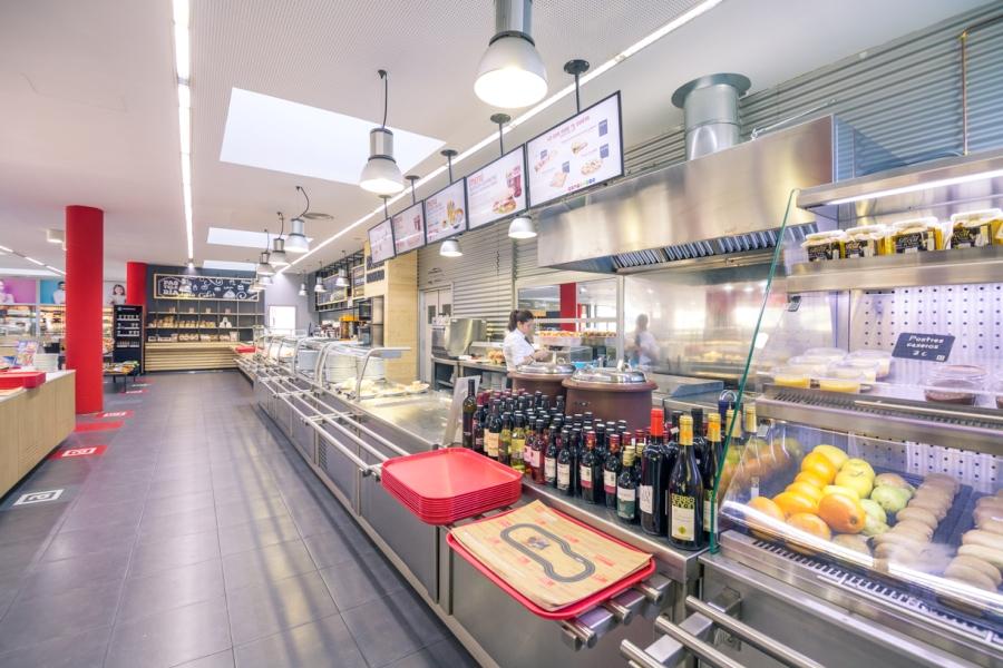 Zona buffet con platos de comida