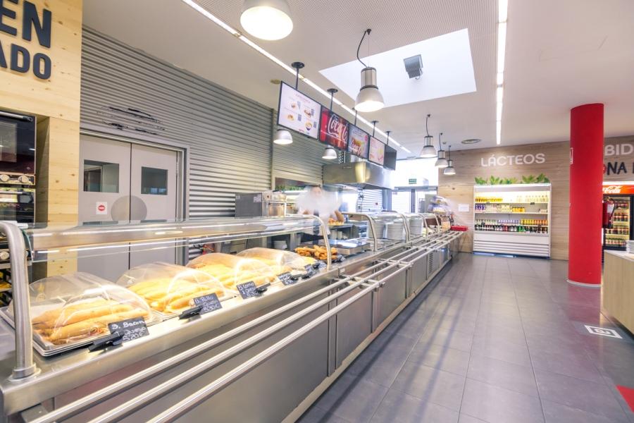 Zona buffet con comida, dulces, produtos lácteos y postres