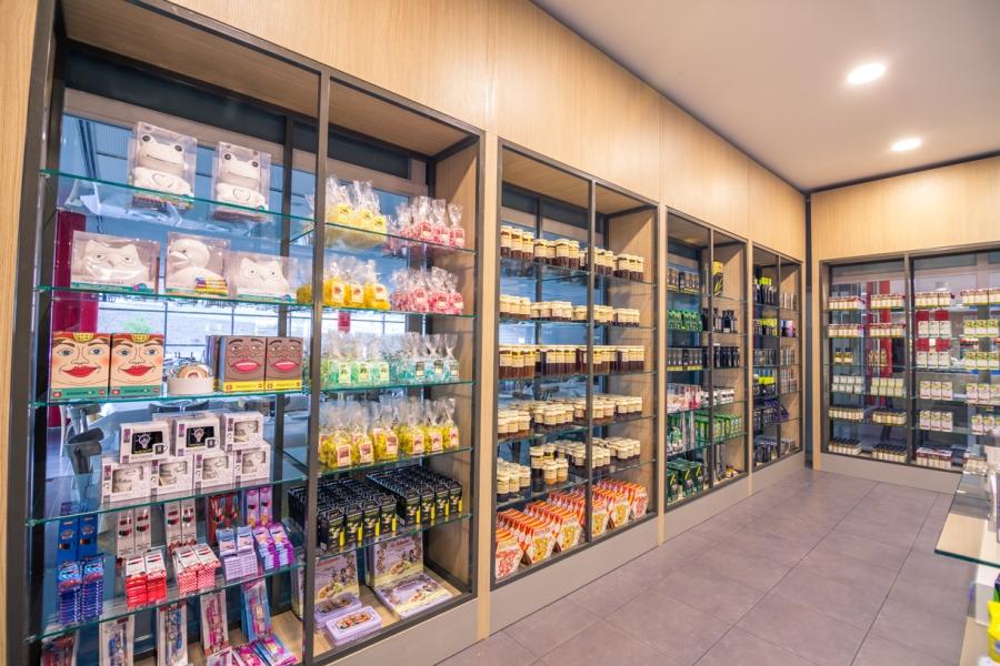 Productos típicos, dulces, miel y aceite de oliva en la tienda de Abades Lodares