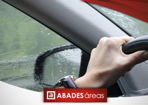 Conductor al volante con lluvia