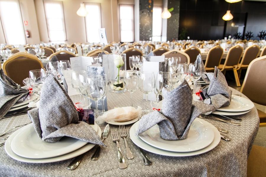 Salón en modo banquete para celebración de eventos en Bailén