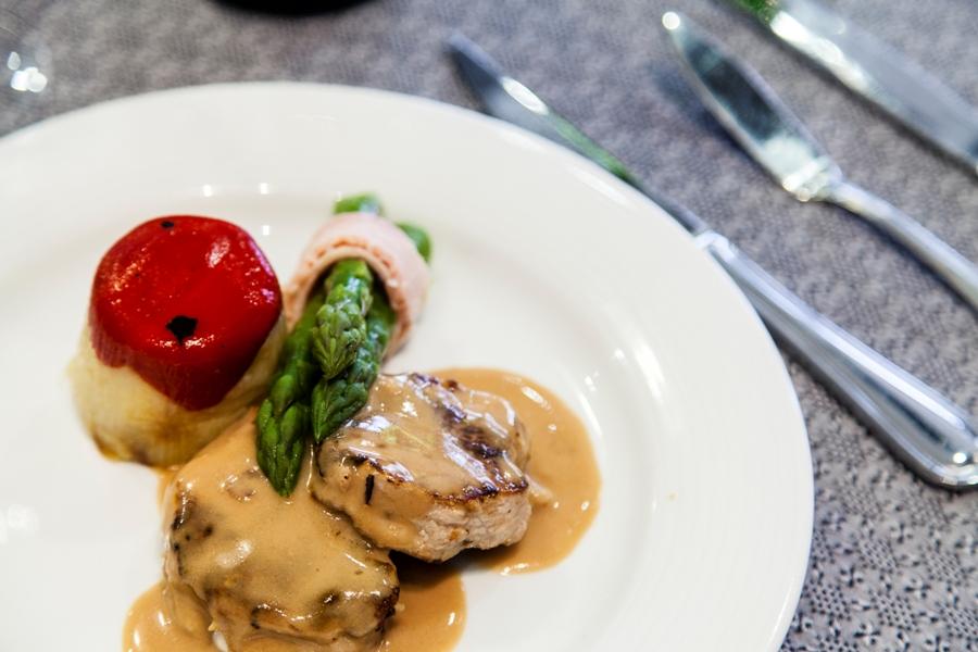 Plato de carne en celebración de boda en Bailén