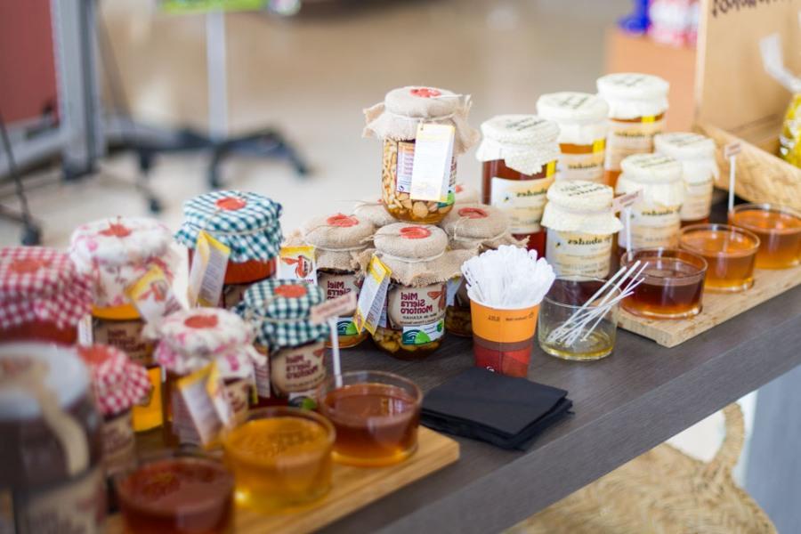 Degustación de miel en el área de servicio Abades Guadix