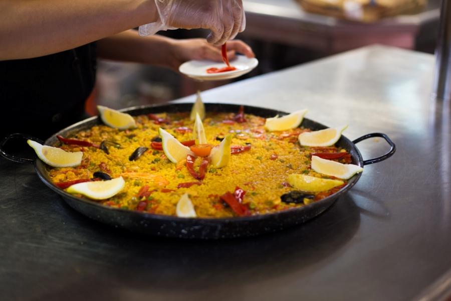 Preparación de paella en el restaurante de Abades Guadix