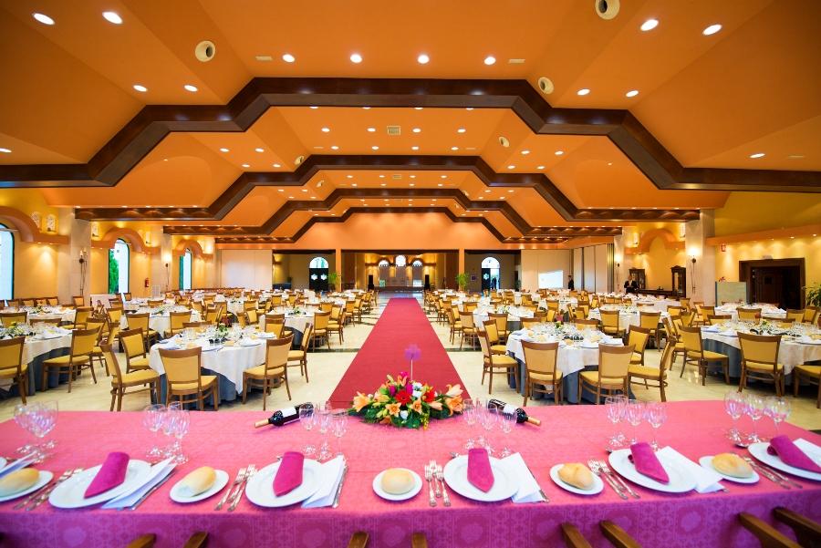 Montaje de mesas para banquete en Abades Guadix