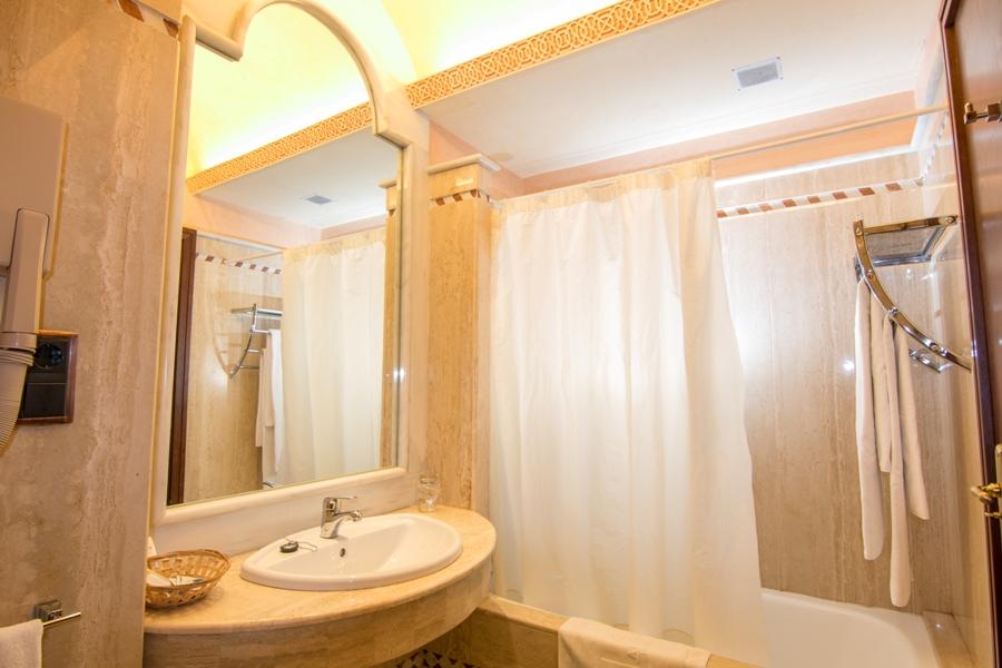 Baño de la habitación del hotel Abades Guadix