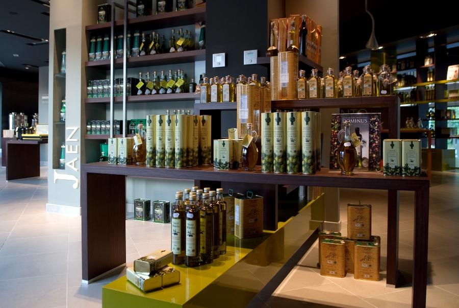Aceites de oliva y productos andaluces en la tienda del área de servicio A4