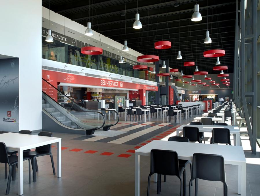 Zona de descanso y comida en Abades Puerta Andalucía