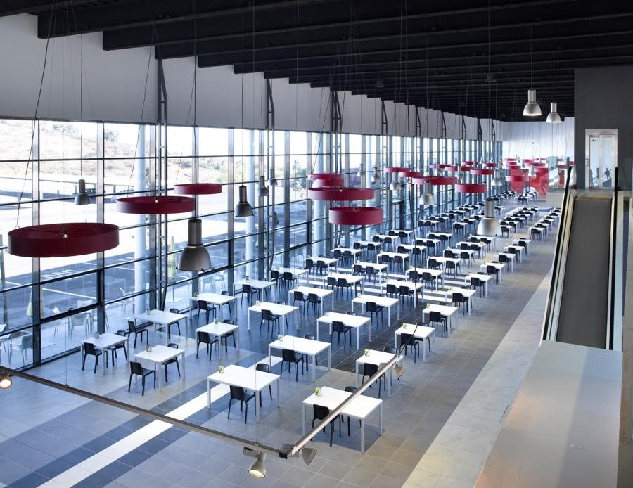 Zona de mesas para que la comida del restaurante