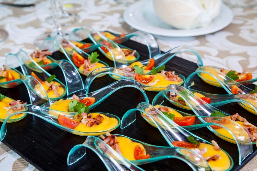 Aperitivos tipo cóctel para copa de bienvenida en una boda