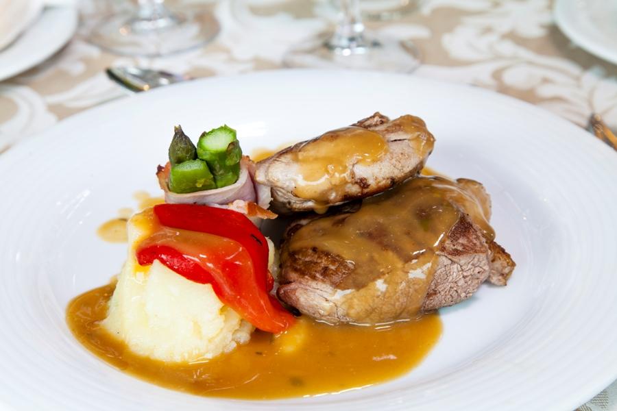 Plato de carne en celebración de eventos en Jaén