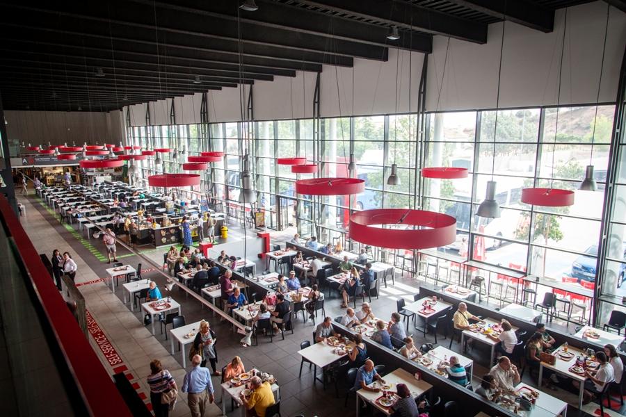Zona de mesas con clientes para comer