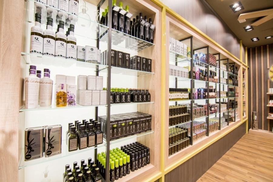 Aceites de oliva virgen extra en la tienda de Abades Loja