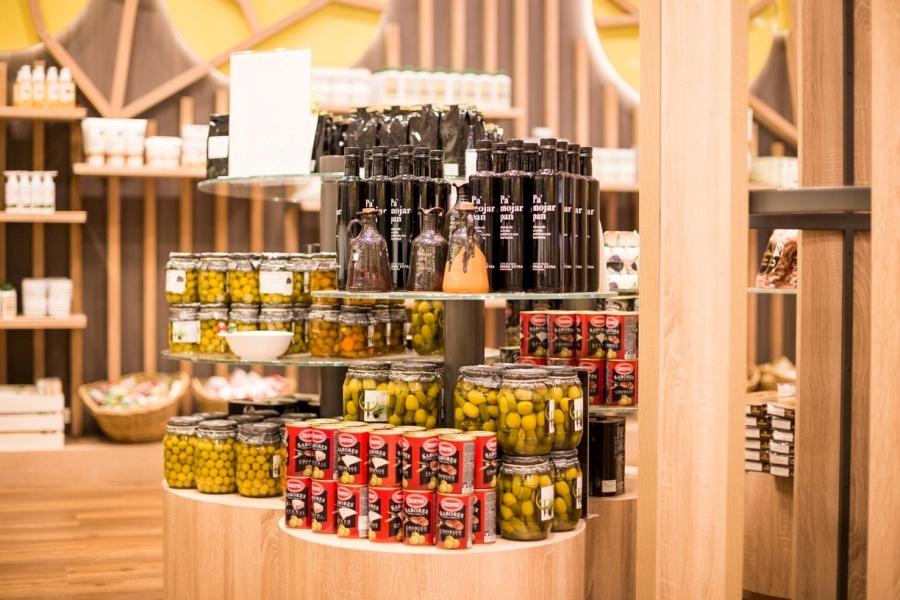 Aceites y aceitunas en la tienda gourmet de Abades Loja