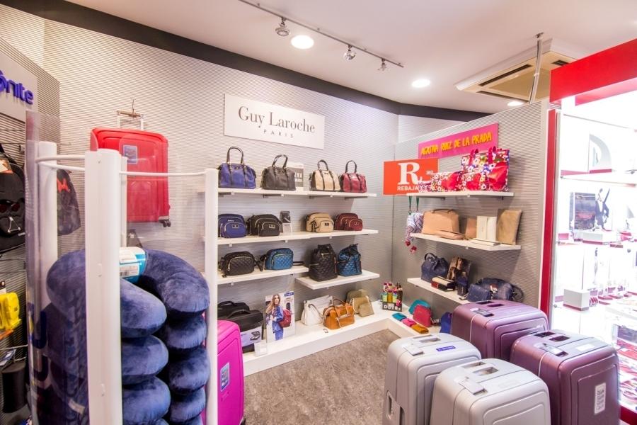 Maleta y bolsos en la tienda de Abades Loja