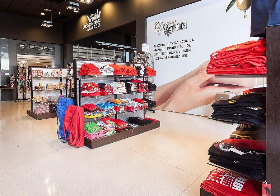 Selección de camisetas y accesorios para su venta en área de servicio