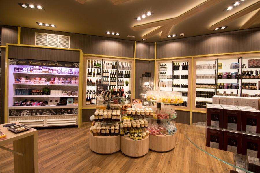 Selección de productos gourmet en área de servicio Abades