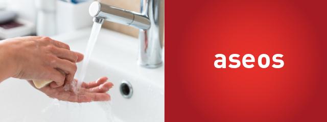 Lavandose las manos en un aseo