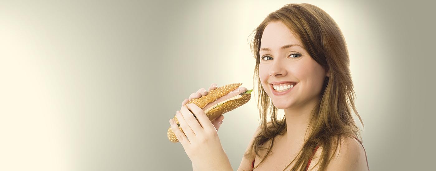 Mujer a punto de comer bocadillo