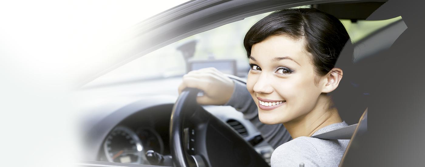 Mujer sonriendo en su coche