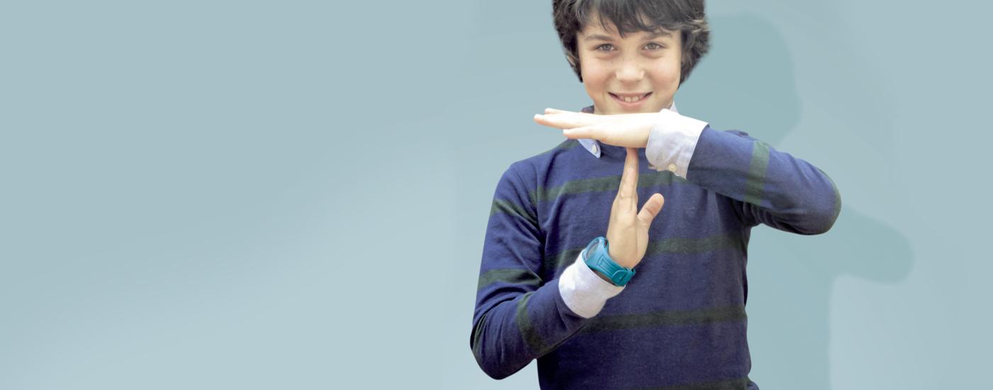 Niño simbolizando tiempo muerto con las manos