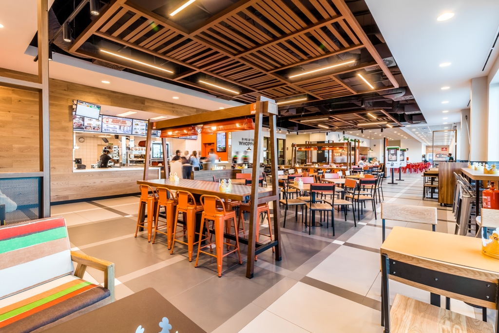 Zona de mesas en Burger King